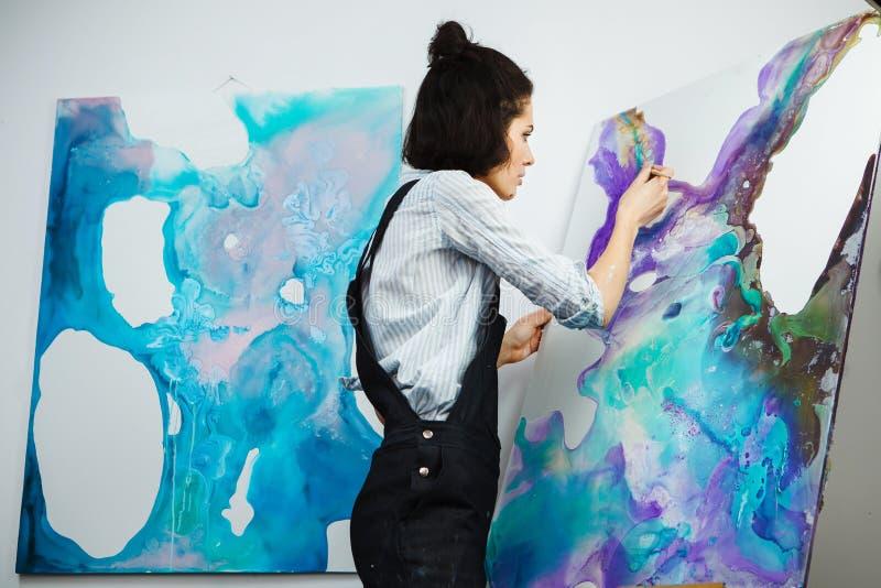 La muchacha concentrada se centró en proceso de arte-fabricación creativo en terapia del arte imagen de archivo libre de regalías