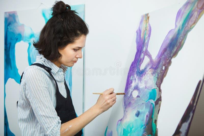 La muchacha concentrada se centr? en proceso de arte-fabricaci?n creativo en terapia del arte imagenes de archivo