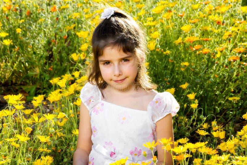 La muchacha confiada con alergia observa en flores fotos de archivo