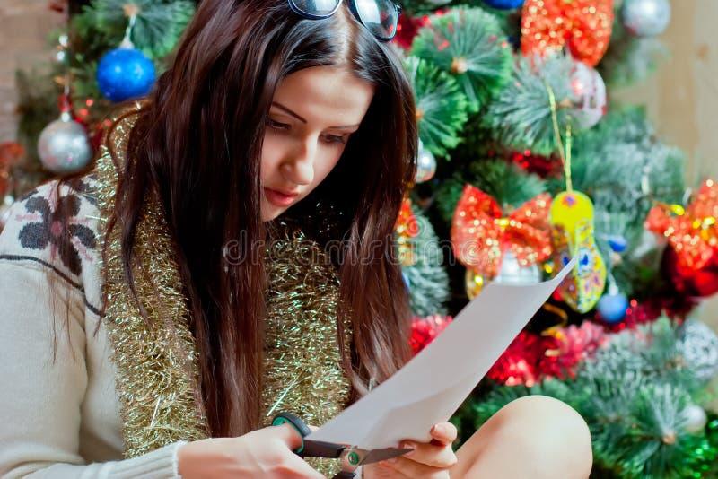 La muchacha cortó a de las tijeras de papel fotos de archivo libres de regalías