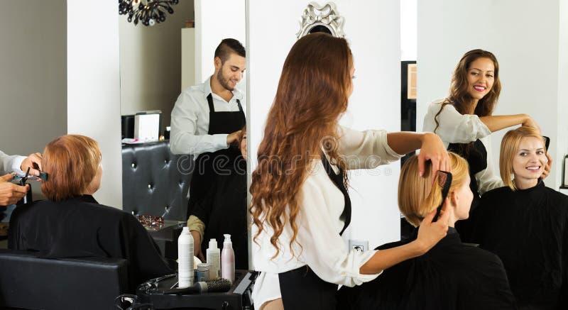 La muchacha corta el pelo en el salón de pelo imagenes de archivo