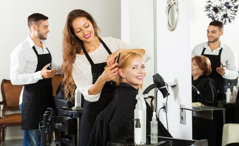 La muchacha corta el pelo en el salón de pelo imágenes de archivo libres de regalías