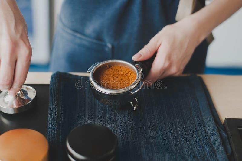 La muchacha de Barista prepara el café imagen de archivo libre de regalías
