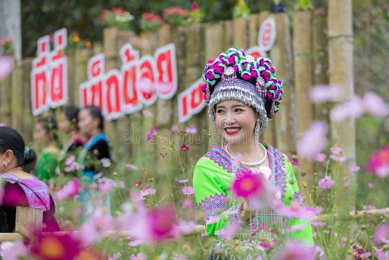 La muchacha de Hmong en el vestido hermoso colorido y la moda mezcladas entre la nueva y vieja cultura, es hechas a mano para el  fotos de archivo