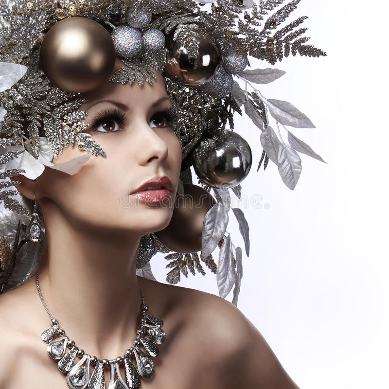 La muchacha de la moda de la Navidad con Año Nuevo adornó el peinado. Nieve Q imagen de archivo