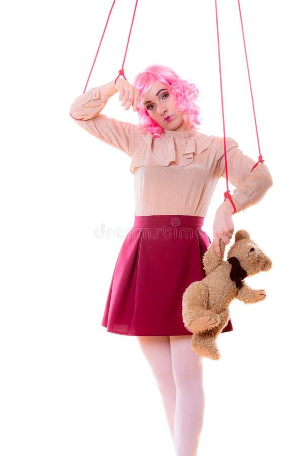 La muchacha de la mujer estilizó como marioneta de la marioneta en secuencia foto de archivo