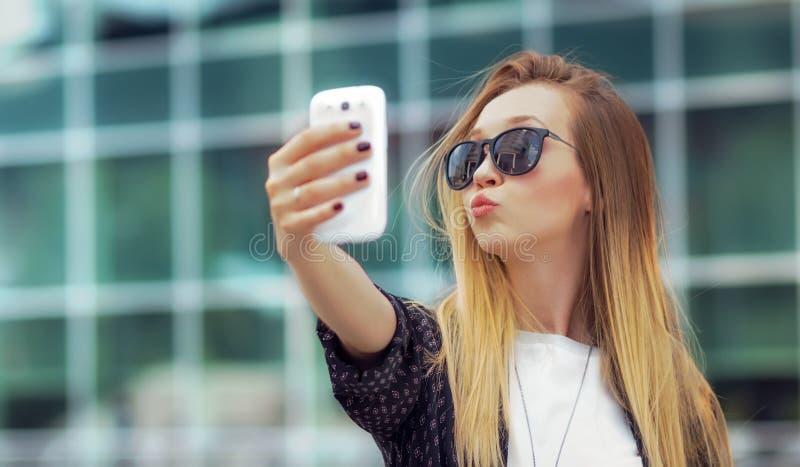 La muchacha de moda hace un selfie foto de archivo