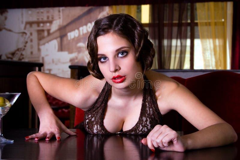 La muchacha de presentación en el restaurante imagen de archivo