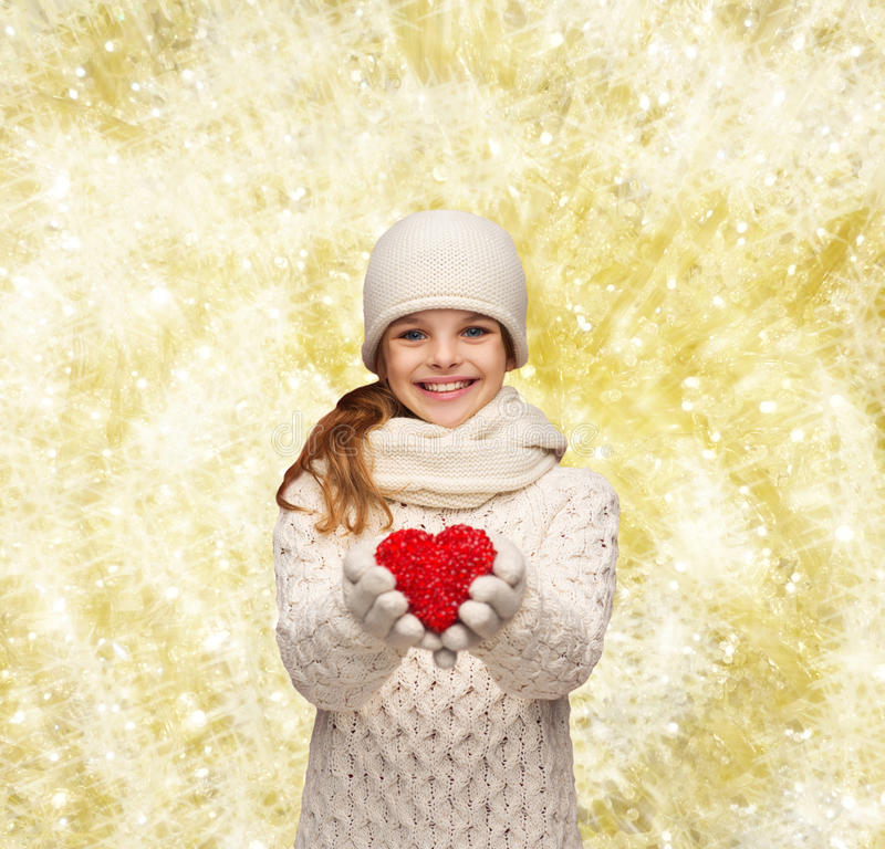 La muchacha de sueño en invierno viste con el corazón rojo fotos de archivo