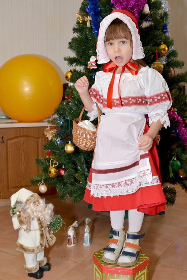La muchacha de tres años en un traje del Caperucita Rojo imágenes de archivo libres de regalías