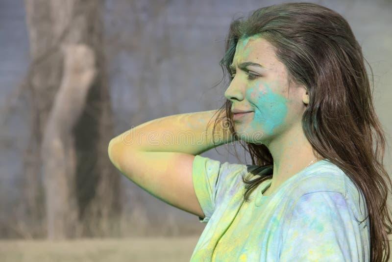 4-6-2019 la muchacha de Tulsa los E.E.U.U. con el polvo coloreado en su cara y por todo un su y ceño fruncido divertido echa su p fotos de archivo