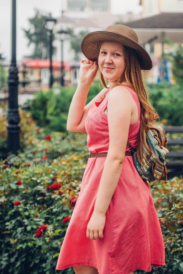 La muchacha del adolescente camina en el centro de ciudad imagen de archivo