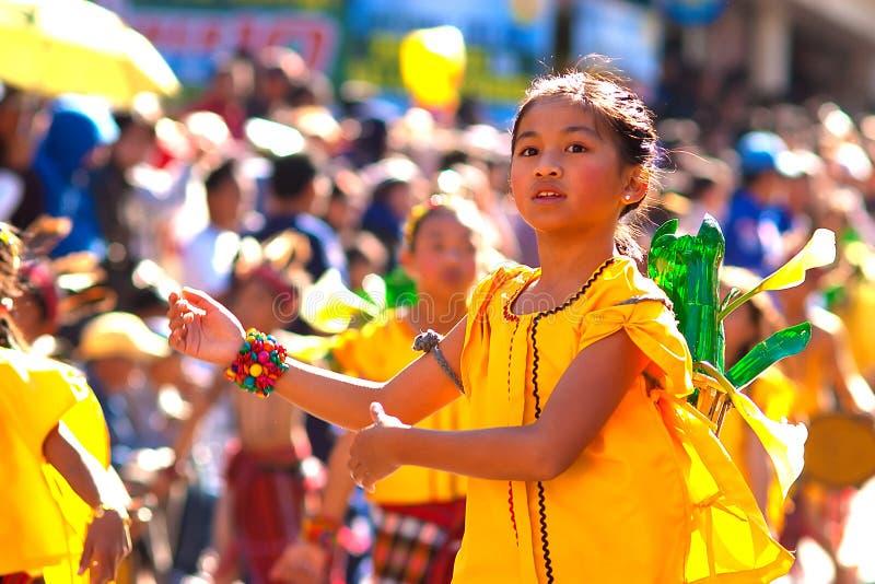 La muchacha del Igorot baila en el festival de la flor fotografía de archivo libre de regalías