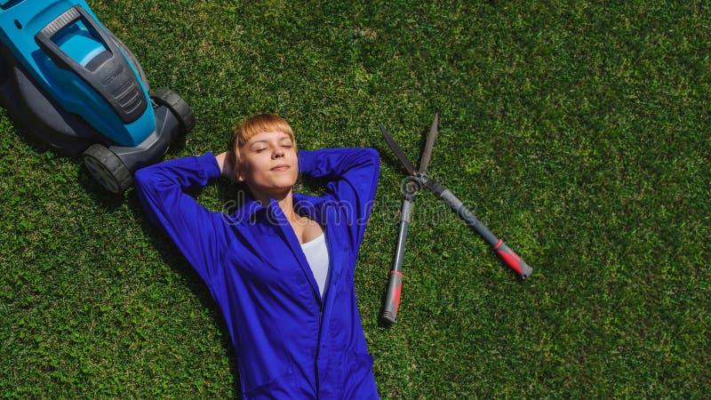 La muchacha del jardinero es resto después de trabajo fotos de archivo libres de regalías