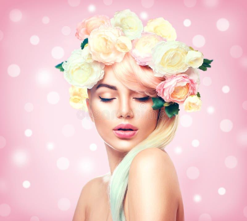 La muchacha del modelo del verano de la belleza con las flores coloridas enrruella foto de archivo libre de regalías