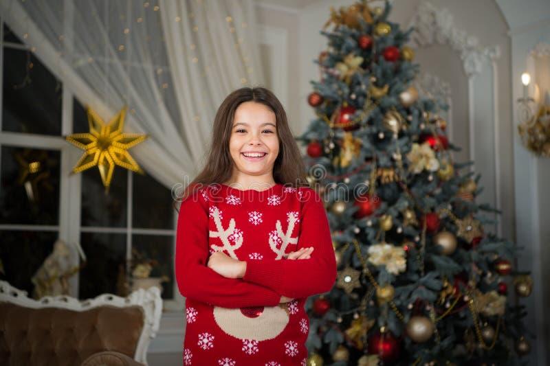 La muchacha del pequeño niño le gusta el presente de Navidad Navidad El niño disfruta del día de fiesta Feliz Año Nuevo pequeña m fotos de archivo