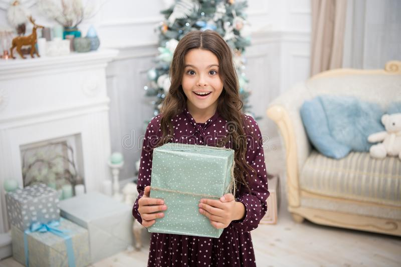 La muchacha del pequeño niño le gusta el presente de Navidad Feliz Año Nuevo pequeña muchacha feliz en la Navidad Navidad El niño imágenes de archivo libres de regalías