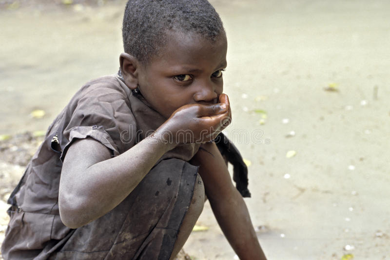 La muchacha del Ugandan bebe el agua potable sucia fotos de archivo