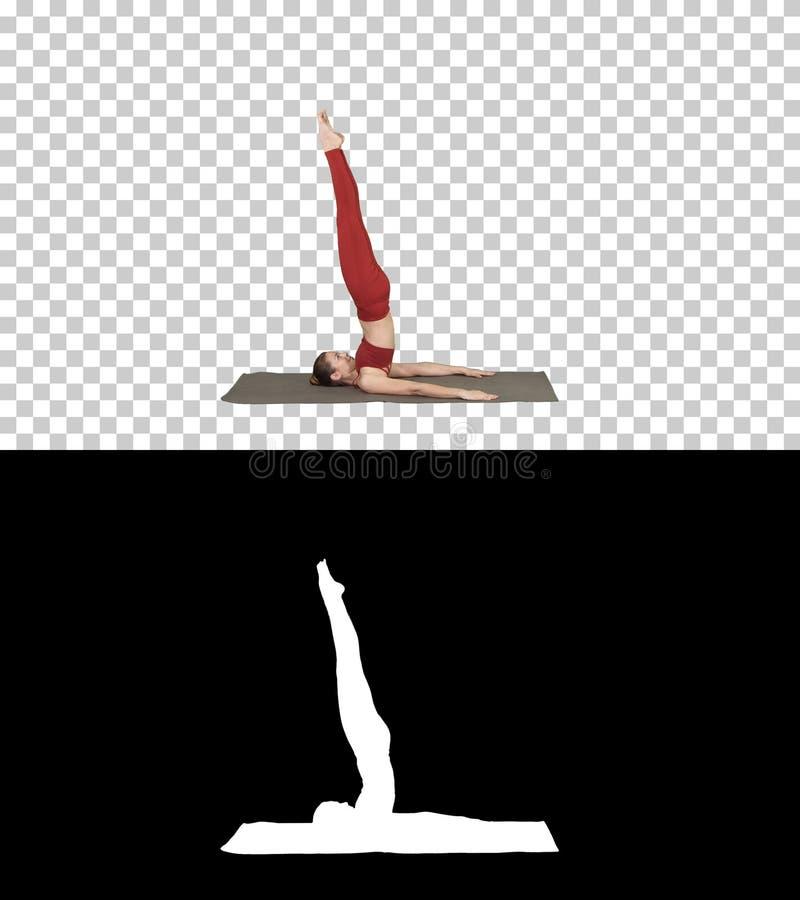 La muchacha deportiva hermosa que hacía los ejercicios de la yoga para la fuerza del ABS, apoyó el asana de Shoulderstand, Salamb fotos de archivo libres de regalías