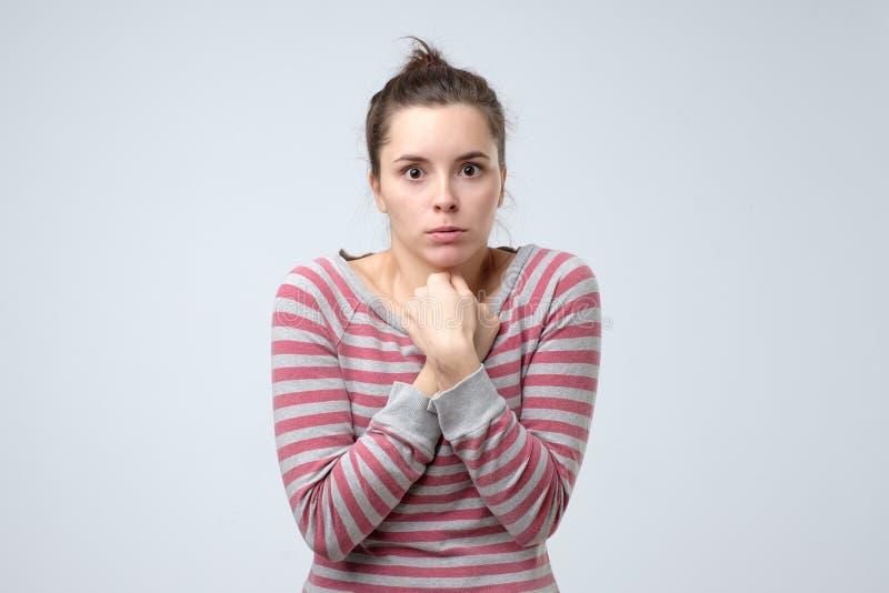La muchacha desesperada tiembla y siente fría, los huggs misma para calentar imagen de archivo