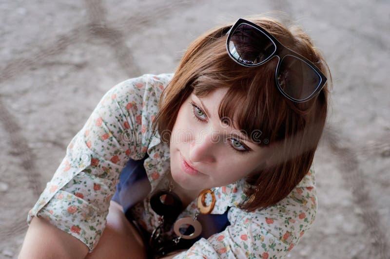 La muchacha detrás de un cedazo un cierre para arriba fotografía de archivo