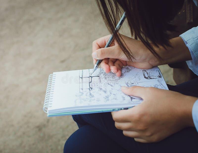 La muchacha dibuja en un cuaderno en la calle Primer ilustración del vector