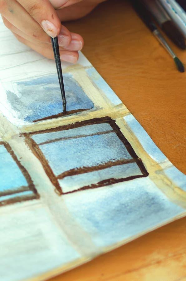 La muchacha dibuja las pinturas Fotografía vertical imagen de archivo libre de regalías