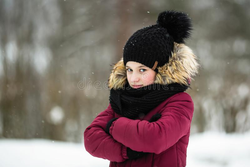 la muchacha Diez-año-vieja goza de al aire libre en invierno foto de archivo