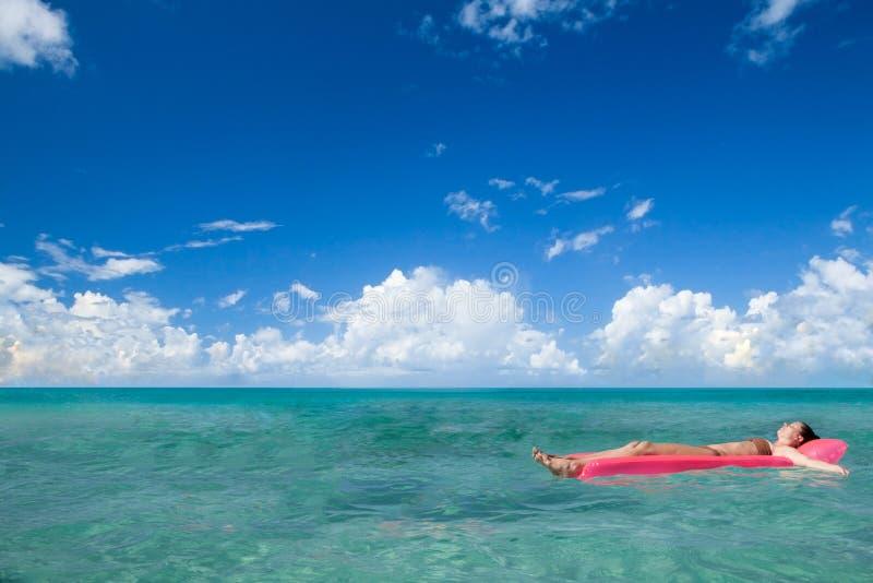 La muchacha disfruta de día asoleado en la playa del Caribe. foto de archivo