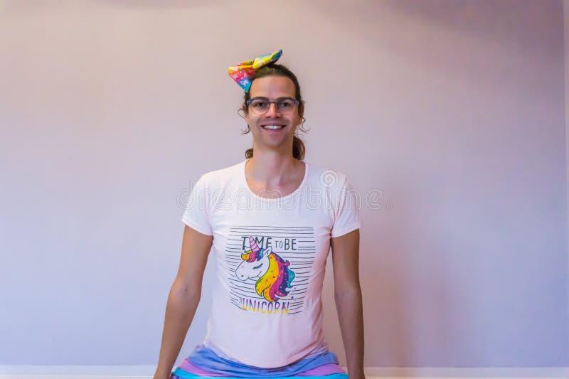 La muchacha divertida alegre del transexual del retrato de LGBT se vistió en equipo del unicornio foto de archivo libre de regalías