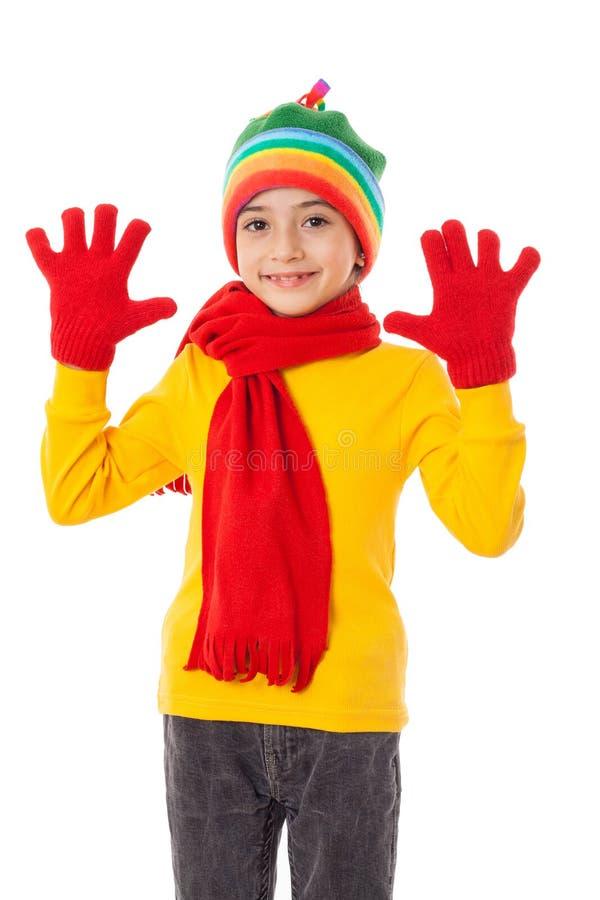 La muchacha divertida en invierno colorido viste con la muestra del saludo imágenes de archivo libres de regalías