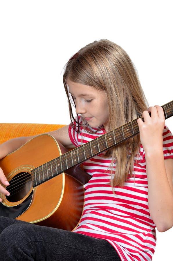 La muchacha divertida tiene gusto de música fotografía de archivo