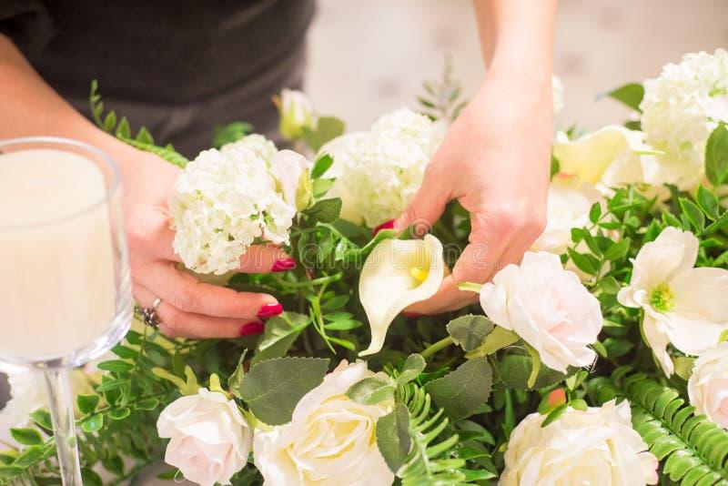 La muchacha el florista hace un ramo de flores El florista hace un ramo foto de archivo libre de regalías