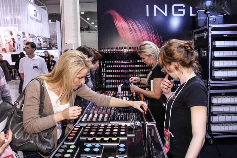 La muchacha elige maquillaje imagen de archivo