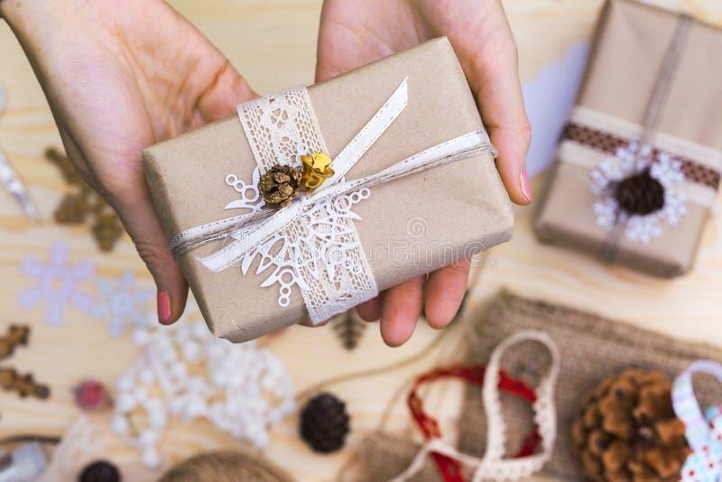 La muchacha embala el regalo imagen de archivo libre de regalías