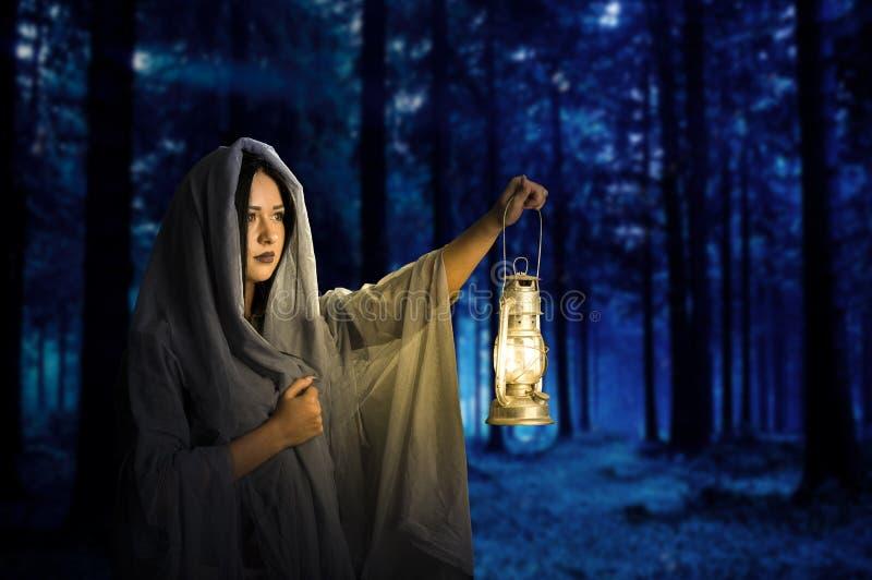 La muchacha en el bosque oscuro fotos de archivo libres de regalías