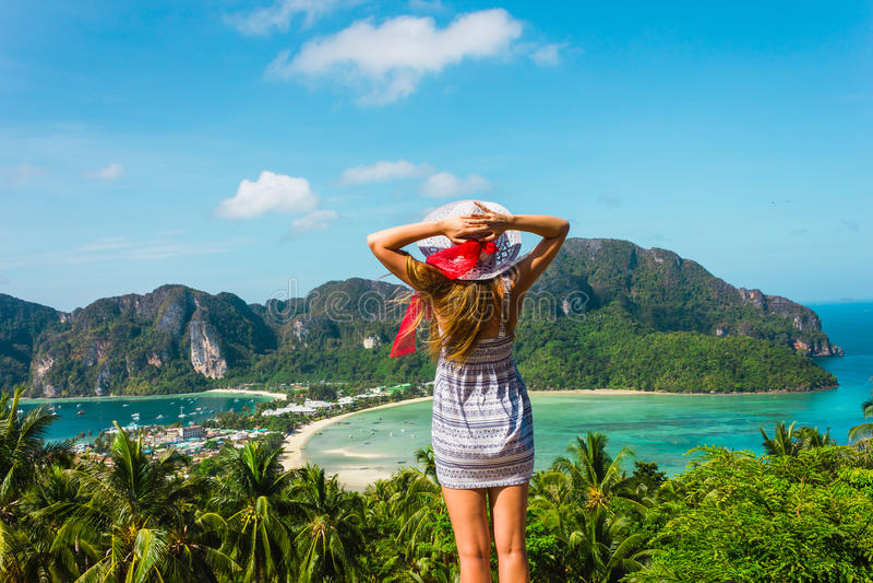 La muchacha en el centro turístico en un vestido en el fondo de las bahías imágenes de archivo libres de regalías