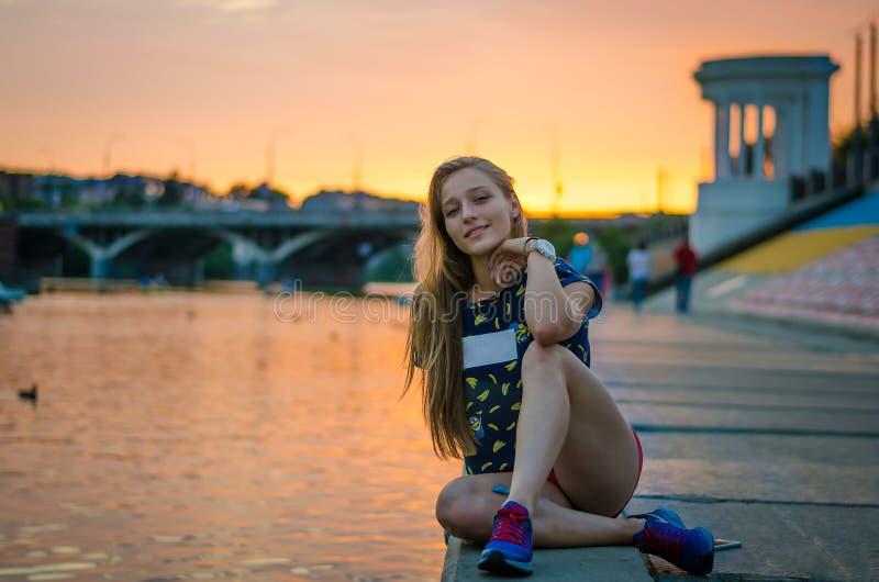La muchacha en el embarcadero fotografía de archivo