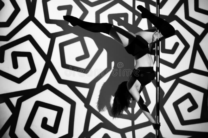 La muchacha en el pilón hace el ejercicio contra la perspectiva de modelos negros imágenes de archivo libres de regalías
