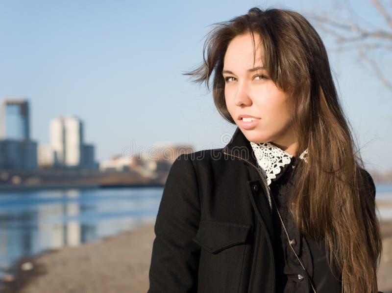 La muchacha en el riverbank fotografía de archivo libre de regalías