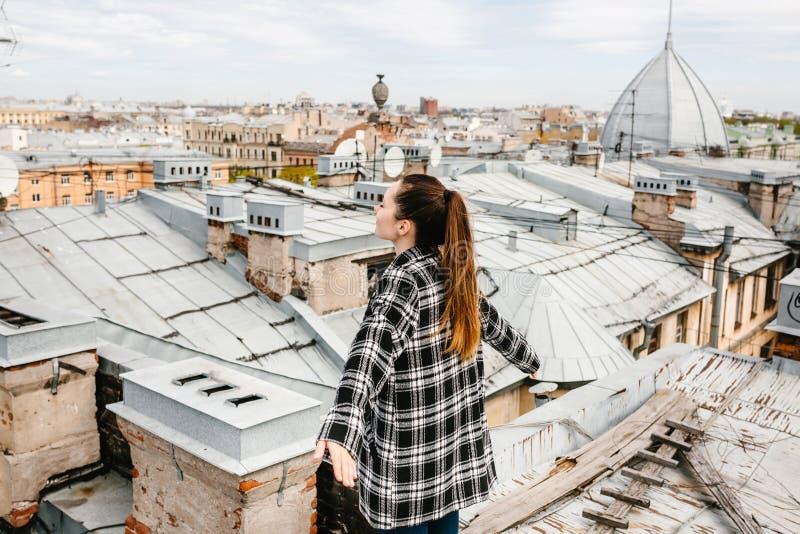 La muchacha en el tejado de la casa imágenes de archivo libres de regalías