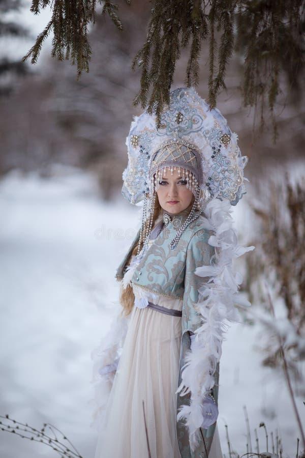La muchacha en el traje de la doncella de la nieve imagenes de archivo