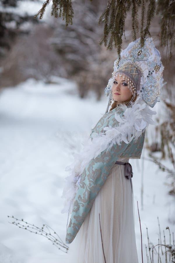 La muchacha en el traje de la doncella de la nieve fotos de archivo libres de regalías