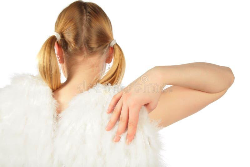La muchacha en el traje del ángel de la parte posterior toca el ala imagen de archivo