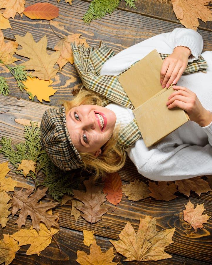 La muchacha en equipo del vintage disfruta de la literatura Estación de la caída y del otoño Ella le gusta el género detective De fotos de archivo