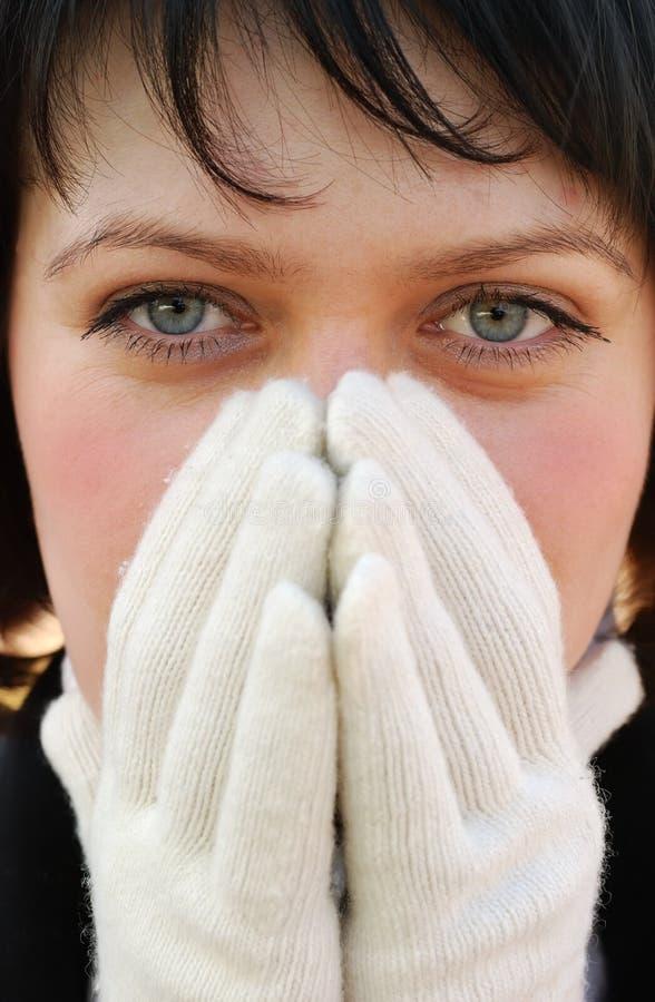 La muchacha en guantes del invierno fotografía de archivo
