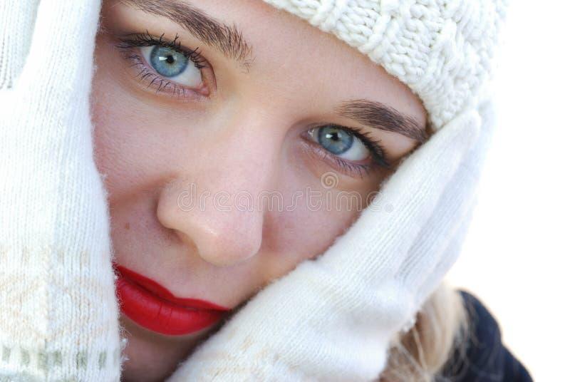 La muchacha en guantes del invierno imágenes de archivo libres de regalías