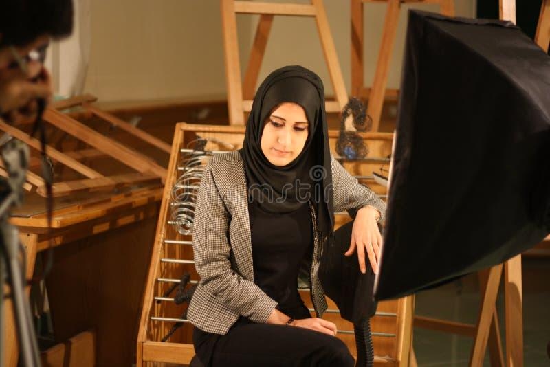 La muchacha en el velo en el estudio de la foto, Giza, Egipto foto de archivo libre de regalías
