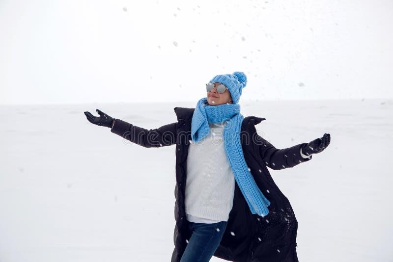 La muchacha en invierno viste la situación en un lago congelado imagenes de archivo