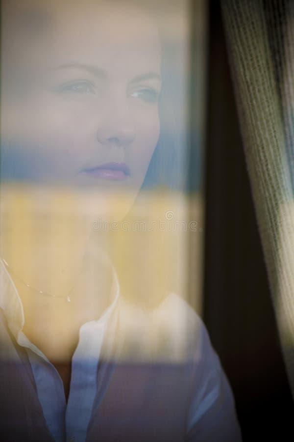 La muchacha en la ventana foto de archivo libre de regalías